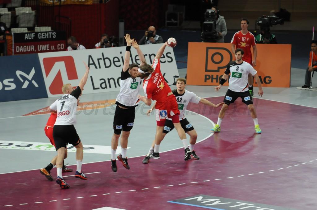 デンマークのM・ハンセン(赤)をシュートブロックするドイツ・ペケラー(左から2人目)