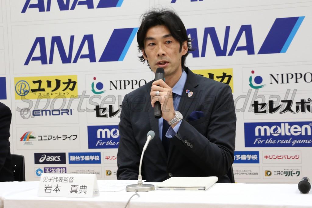 就任にあたり、日本代表への思いを語る岩本新監督