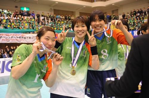 悲願の金メダル獲得ににっこり(左から後藤、塩田、永田)