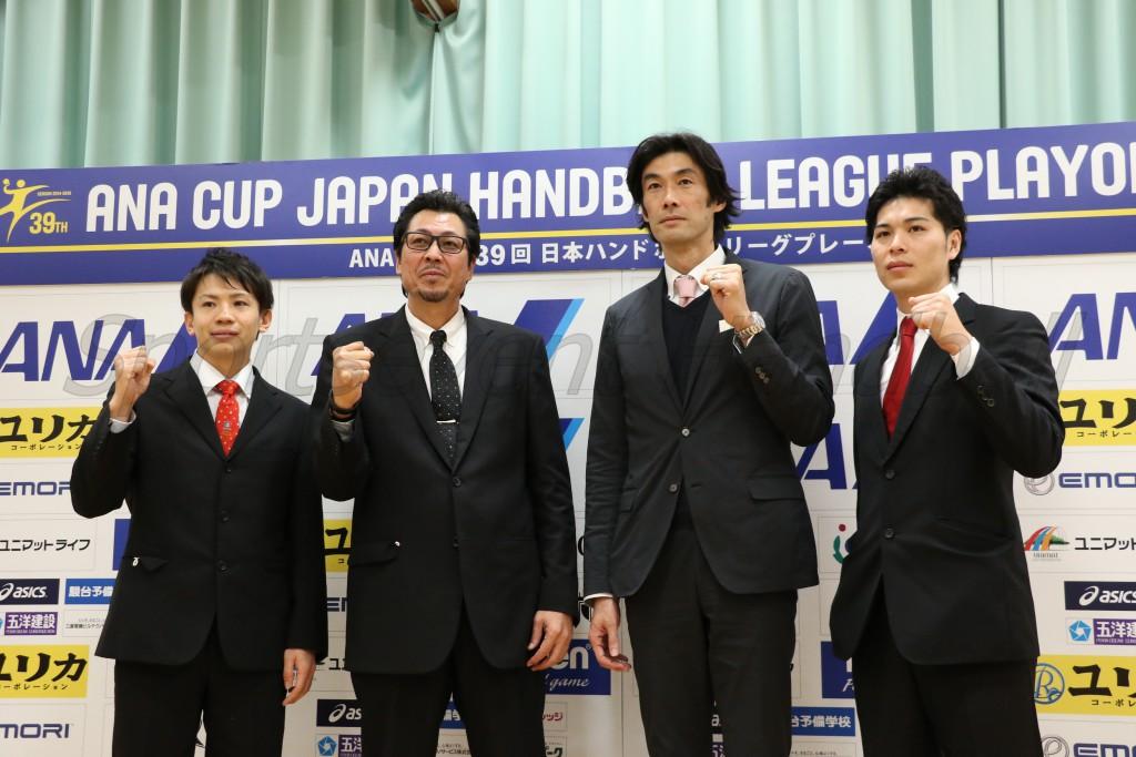左から琉球・水野(裕紀)選手、琉球・東長濱監督、大崎・岩本監督、大崎・岩永選手