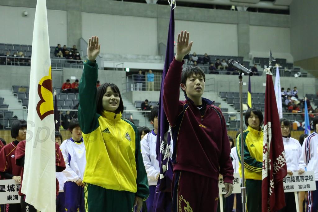 選手宣誓をする野崎選手(左)と大平選手