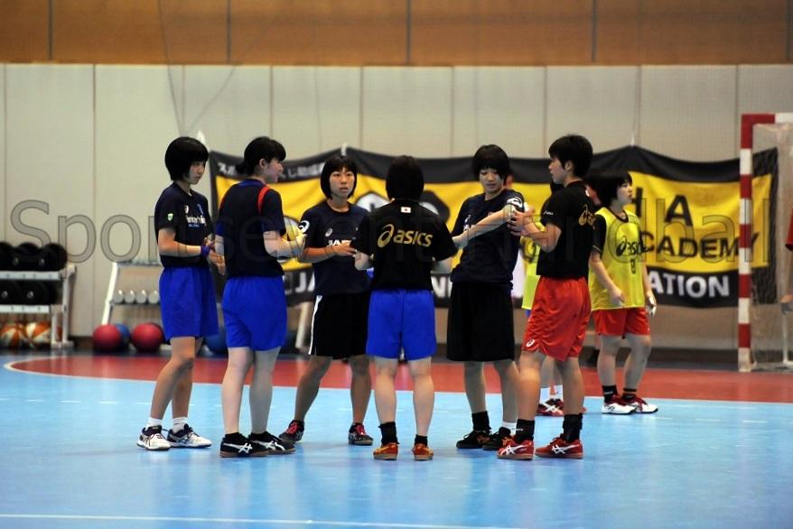 攻防練習の間に選手同士で話し合う時間が設けられ、プレーを修正していった