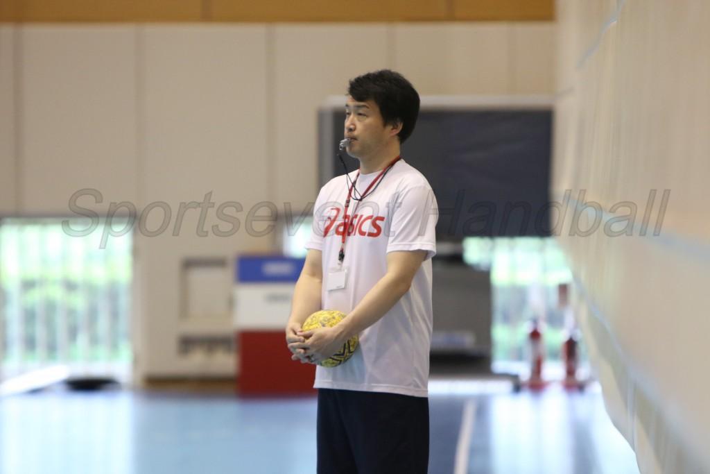 練習を見つめる佐藤監督。どんなメンバーで大会に臨むか熟考中