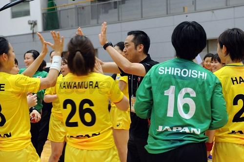 試合後、選手をねぎらう日本女子代表・栗山監督