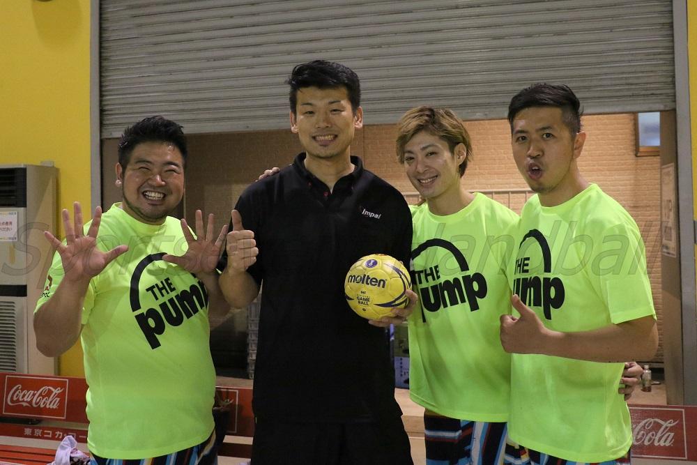 東さんが公式ソングを歌うシクラメンのメンバーと記念撮影。左から肉だんごさん、桃紅茶さん、DEppaさん