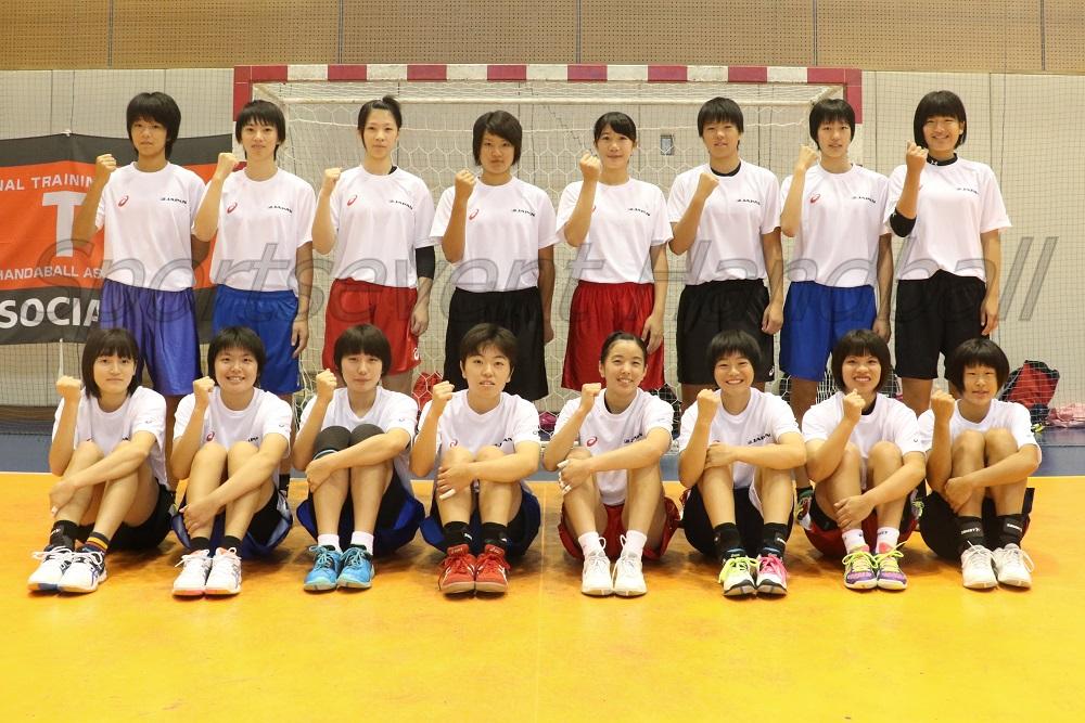 U-16日本代表セブン。前列左から阿部、滝川(莉)、宝田、小林、金城、横田、東江、滝川(璃)。後列左から尾辻、今川、金山、三村、伊藤、小野、中村、舟久保。