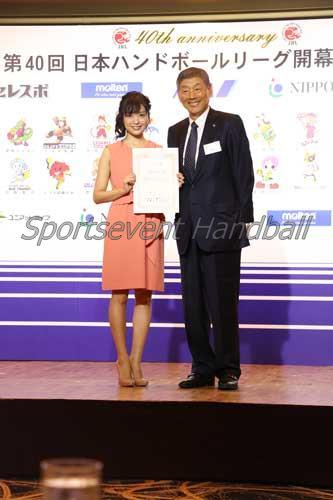 多田博日本ハンドボールリーグ機構会長(右)からアンバサダーに任命された北原さん