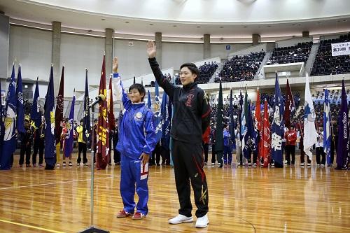 豊島選手(左)と高井選手が選手宣誓した