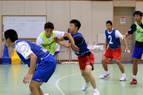 選手たちは3チームに分かれゲームの中でDFの戦術を確かめた