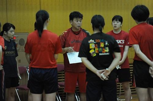 ゲームが終わるごとに選手に細かく指示を与える石川監督(中央)