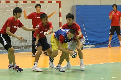 国内基準ではなく、海外での試合を意識し、練習中からコンタクトはハードに。