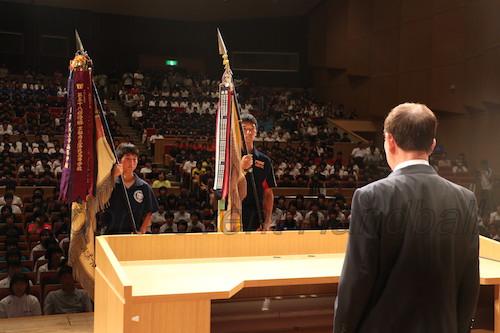 男子・藤代紫水(茨城、右)、女子・高松商(香川)が優勝旗を返還。1週間後、この優勝旗はどのチームが手にするのか