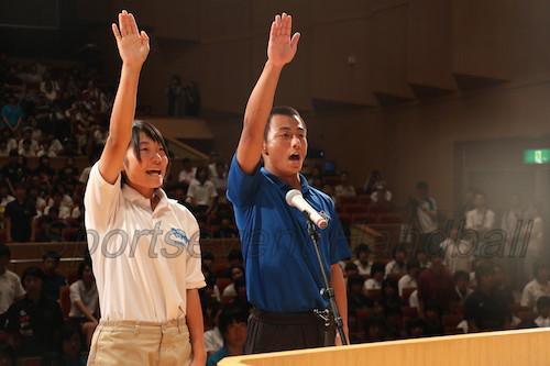 力強く選手宣誓をした高水・辛島選手(左)、岩国工・栗栖選手