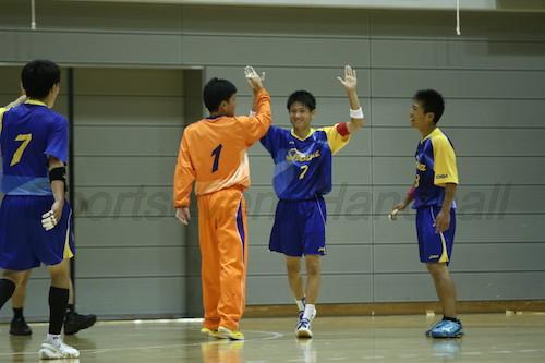 青沼(右から2人目)らの活躍でインターハイ初勝利を手にした昭和学院
