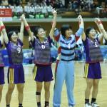 高校3冠を達成し、応援団と喜びをわかちあう少年女子・茨城セブン