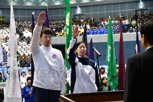 高松大・久米選手(左)と環太平洋大・田中選手が力強く選手宣誓をした