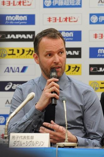 まずは日本語であいさつをし場を和ませたシグルドソン監督