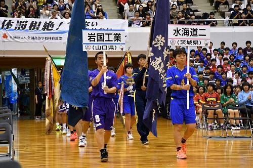 昨年の優勝校である男子・岩国工(山口)、女子・水海道二(茨城)を先頭に入場。福島の地に全96チームが集結した