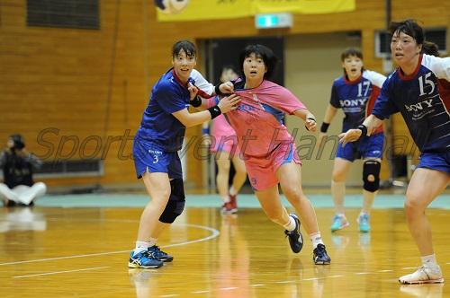ヒザのケガから復帰したソニー・松村(左)。DFでチームを支える