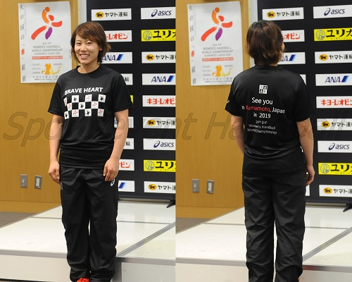 前面に記載されている「BRAVE HEART」はキルケリー監督が世界選手権に向けて掲げたチームスローガン。選手たちは海外遠征、世界選手権でこのTシャツを着用し、2019年の熊本大会をPRする