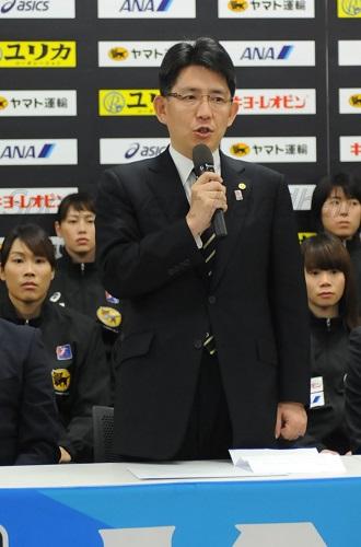 記者会見であいさつする湧永寛仁会長