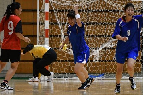 この試合最多の11得点をあげ、チームを盛り上げた大教大・村松(写真中央)
