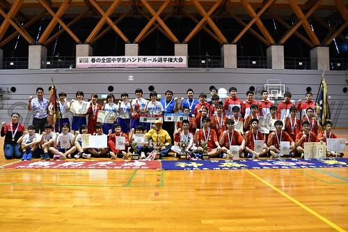 男女アベック優勝を果たした沖縄代表の男子・神森中セブンと女子・美東中セブン