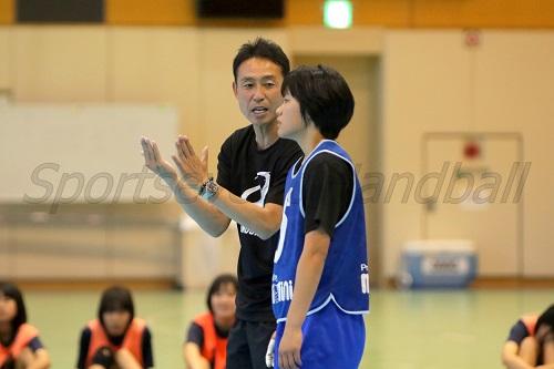 女子ユース代表の指揮をとるのは田中監督。昨年から引き続き安藤コーチとタッグを組む