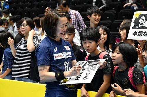 試合終了後、時間をかけてファンとの交流を楽しんだおりひめジャパン(写真は石立)
