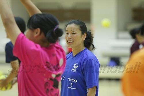 内林選手は通訳とトレーニングのサポートに。積極的に参加者に声をかけていた
