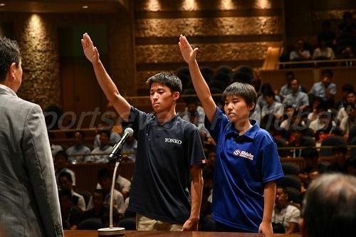 地元・三重代表の四日市工(男子)・金津選手、四日市商(女子)・伊藤選手が堂々とした選手宣誓を見せた
