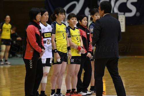 試合前には日本代表通算出場の表彰が行なわれた(左から100試合のオムロン・永田、50試合の三重・原、北國・塩田、横嶋、オムロン・勝連、北國・田邉)