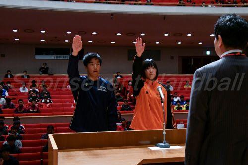 堂々と大会への意気込みを述べた浦和学院・豊増選手(写真左)と埼玉栄・小林選手